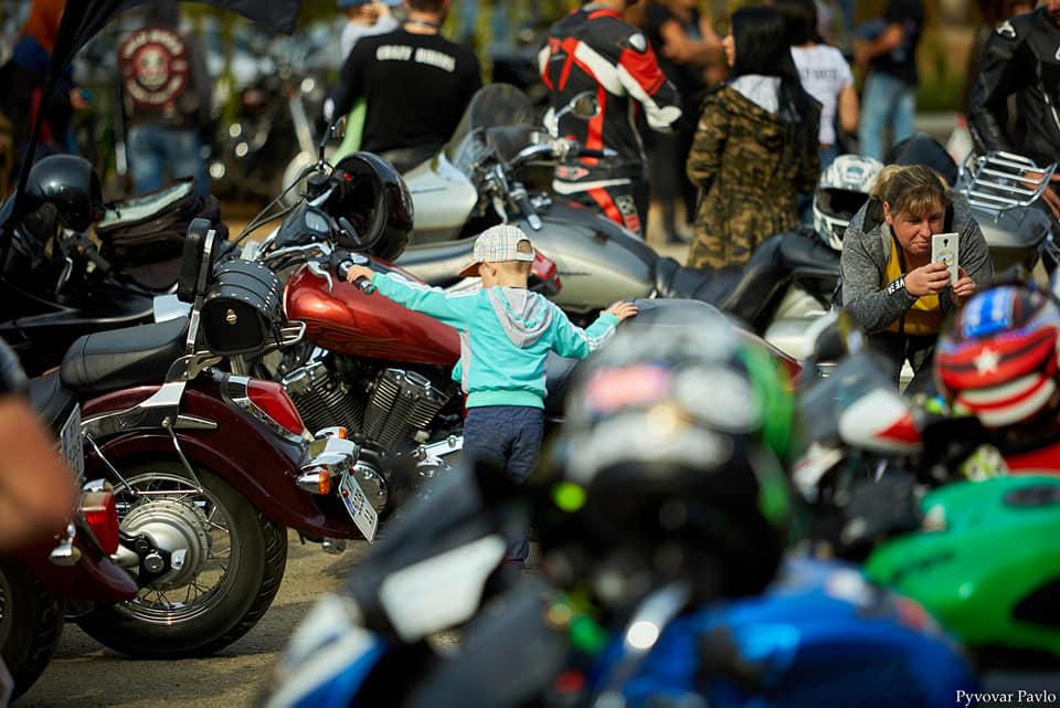 У Франківську понад 200 мотоциклістів та байкерів закрили мотосезон (фоторепортаж)