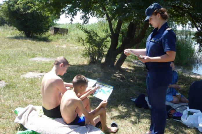 У Коломиї рятувальки не допустили до відпочинку в небезпечному місці підлітків