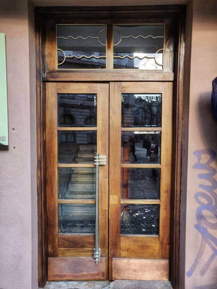В Івано-Франківську продовжують встановлювати відреставровані двері