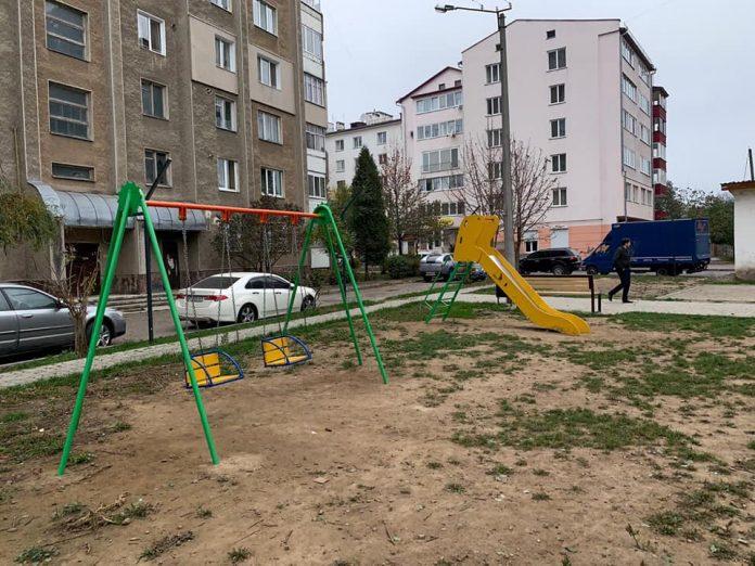 В Івано-Франківську у черговому дворі встановили вуличні меблі та дитячі атракціони