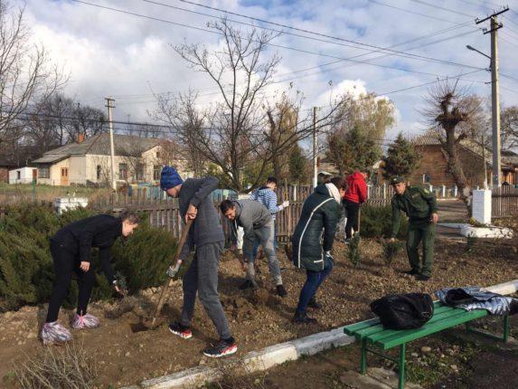 На Калущині школярі та лісівники висадили дві тисячі дерев
