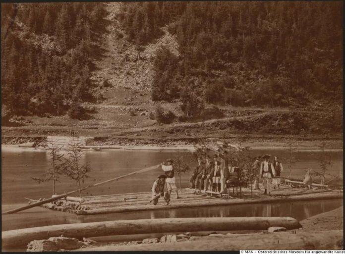 У мережі з'явилися світлини, як у XIX столітті сплавляли ліс карпатськими ріками