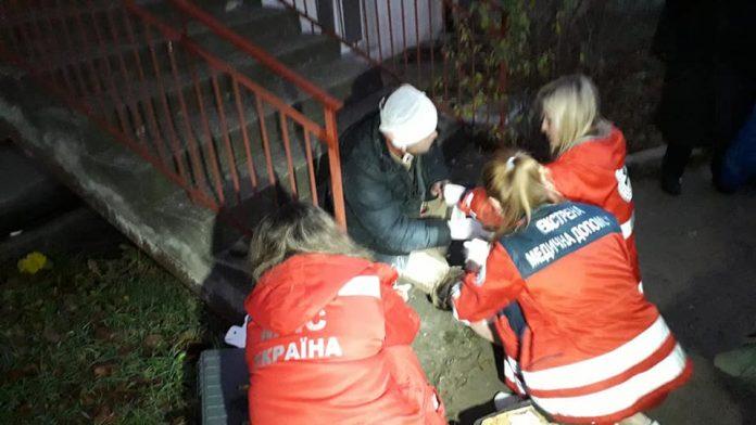 В одному зі спальних мікрорайонів Івано-Франківська чоловік упав до чотириметрового каналізаційного колодязя