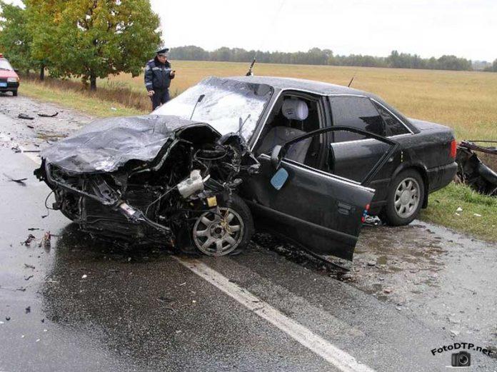 Моторошна аварія на Коломийщині: легковик врізався у вантажівку, одна людина загинула