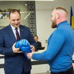 Франківські чемпіони подарували меру рукавиці для боксу