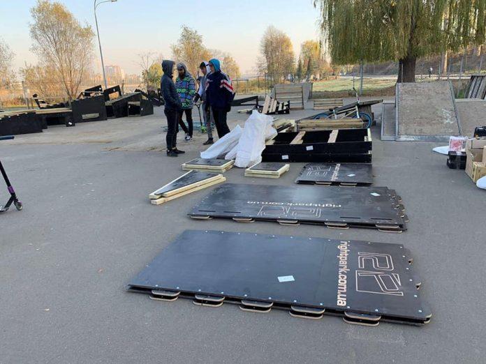 В Івано-Франківську активно реставрують скейт-парк біля міського озера