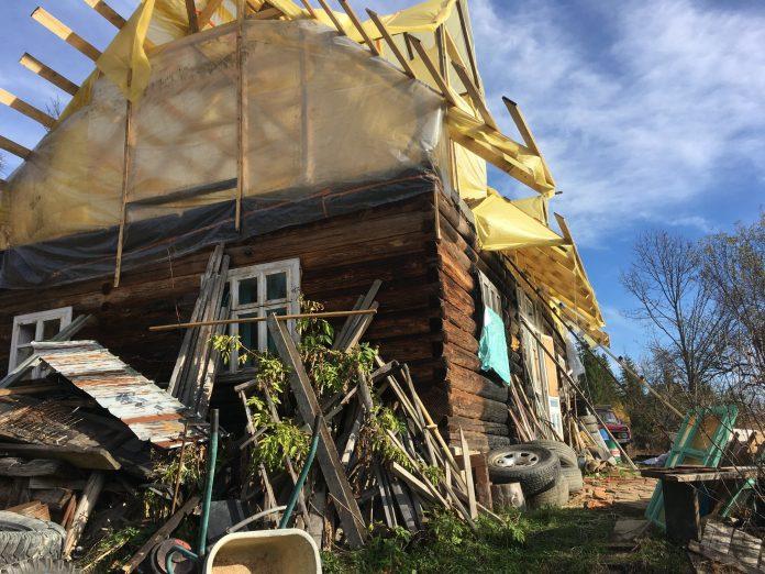 На Прикарпатті активісту, котрий бореться із незаконною рубкою дерев, спалили будинок. Родина потребує допомоги