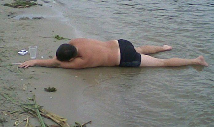 Четверо нетверезих прикарпатців, не зважаючи на погоду, намагались скупатись у міському озері