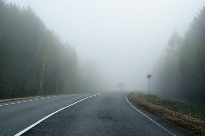 Мешканців Прикарпаття попереджають про погану видимість на дорогах через туман