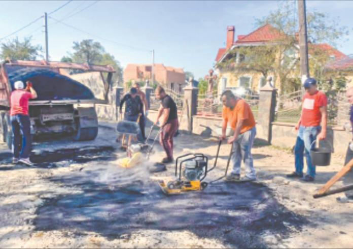 Прикарпатці, які зневірились у нинішній владі, самостійно ремонтують дороги у своїх населених пунктах