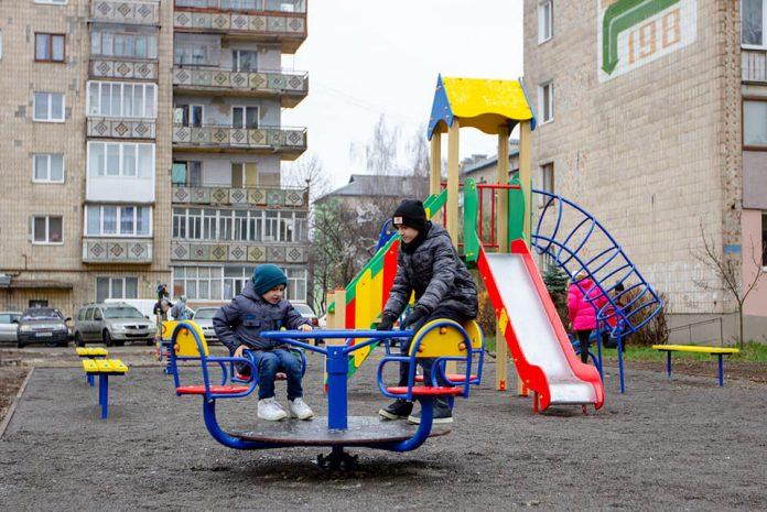 У Франківську з'явився ще один дитячий майданчик