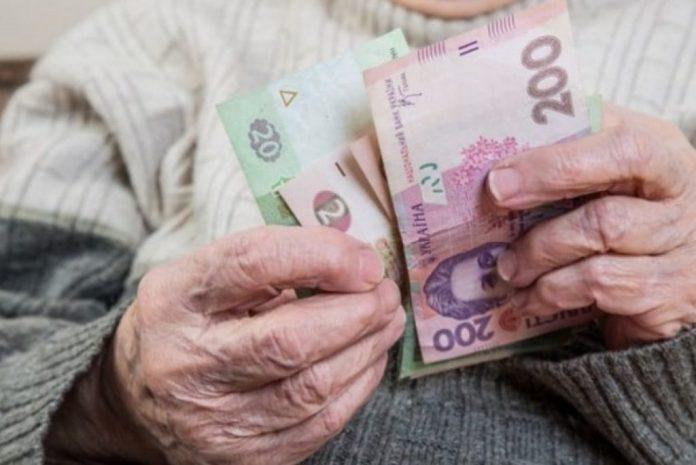 Невідомі видурили в літньої прикарпатки понад 1000 доларів США