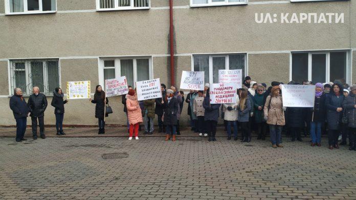 Медики Надвірної вийшли на протест: вимагають підвищення зарплатні