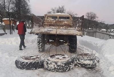 В Долинському районі мешканці самостійно розчищають під'їзні дороги до свого села: фотофакт