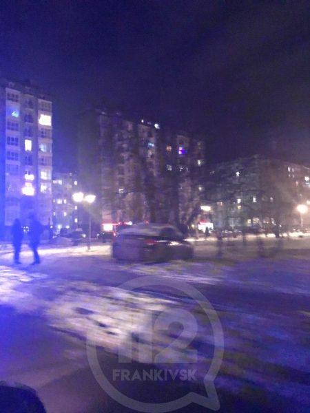 """На """"Каскаді"""" легковик, мало не збивши чотирьох пішоходів, врізався у дерева: фото"""