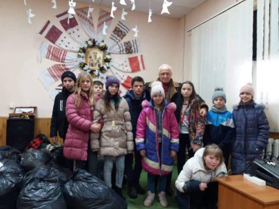 Прикарпатські волонтери привезли у богородчанський дитбудинок теплі речі