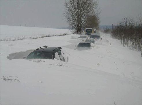 Через сильний снігопад мешканці гірського прикарпатського села виявилися відрізаними від світу