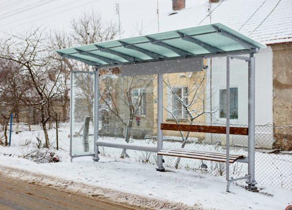 В Івано-Франківську комунальники встановили декілька нових зупинок громадського транспорту