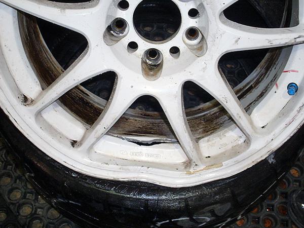 Увага! На Надрічній розкопану дорогу засипали щебенем - вже декілька автомобілів пошкодили колеса