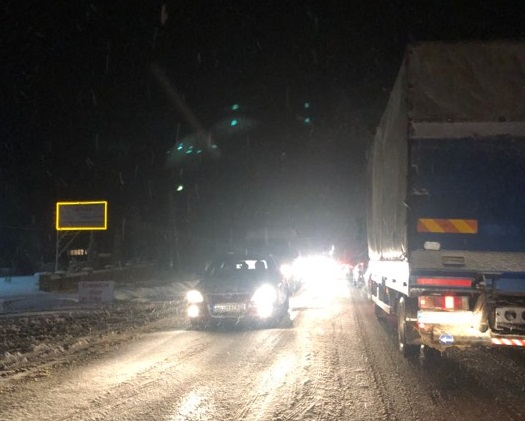 На Прикарпатті через снігопади ускладнений рух на дорогах