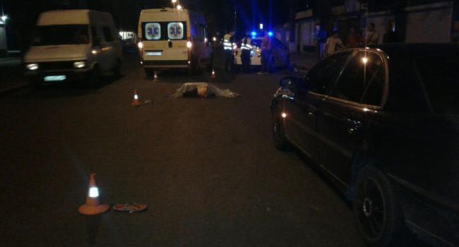 На Прикарпатті автомобіль розчавив чоловіка, який лежав на дорозі