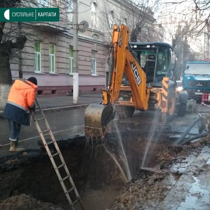 Через прорив труби у Франківську без води залишилися обласний, міський перинатальні центри та міська дитяча лікарня
