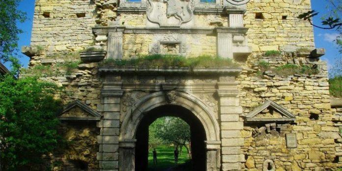 На Франківщині відкрили туристичний маршрут до Чернелицького замку