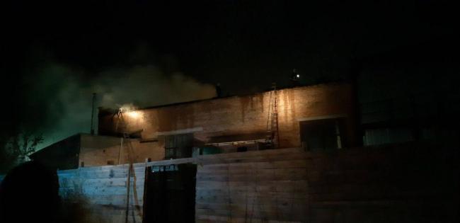 На дня без вогню: у прикарпатському селі загорілася покрівля господарської будівлі