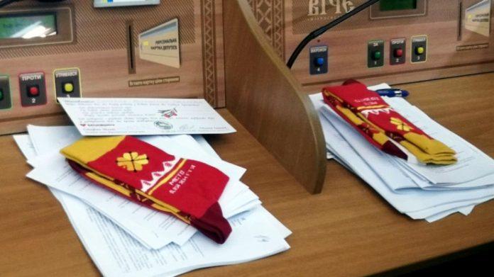 Народні обранці отримали в подарунок шкарпетки з логотипом Івано-Франківська