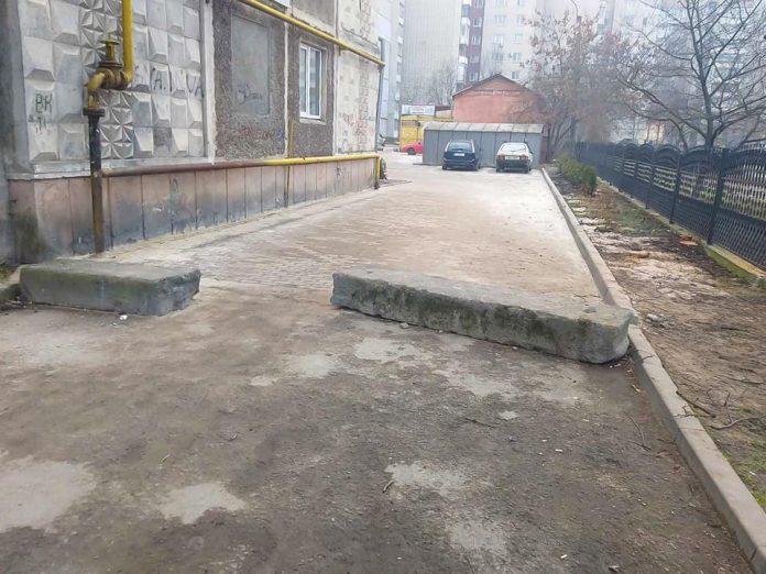 В Івано-Франківську демонтовують незаконно встановлені бетонні блоки, які блокують проїзд спецтранспорту: фото
