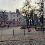 Комунальники постелили бруківку на вулиці Лесі Українки, там де раніше стояв сигаретний кіоск: фотофакт