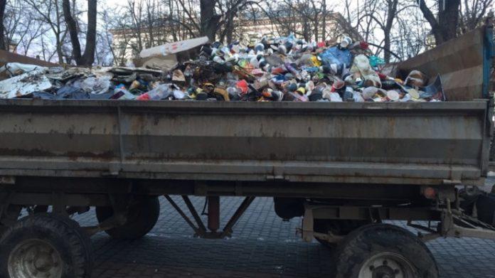 Після новорічних святкувань з середмістя Франківська комунальники вивезли 4 трактори сміття