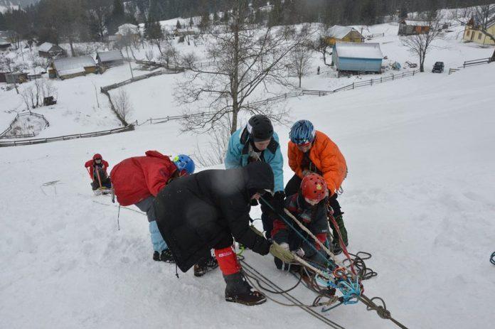 У Карпатах рятувальники навчають дітей надавати першу домедичну допомогу