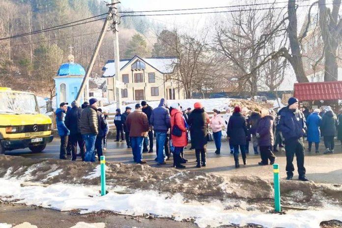 На Верховинщині люди перекрили дорогу – не хочуть у Білоберезівську ОТГ