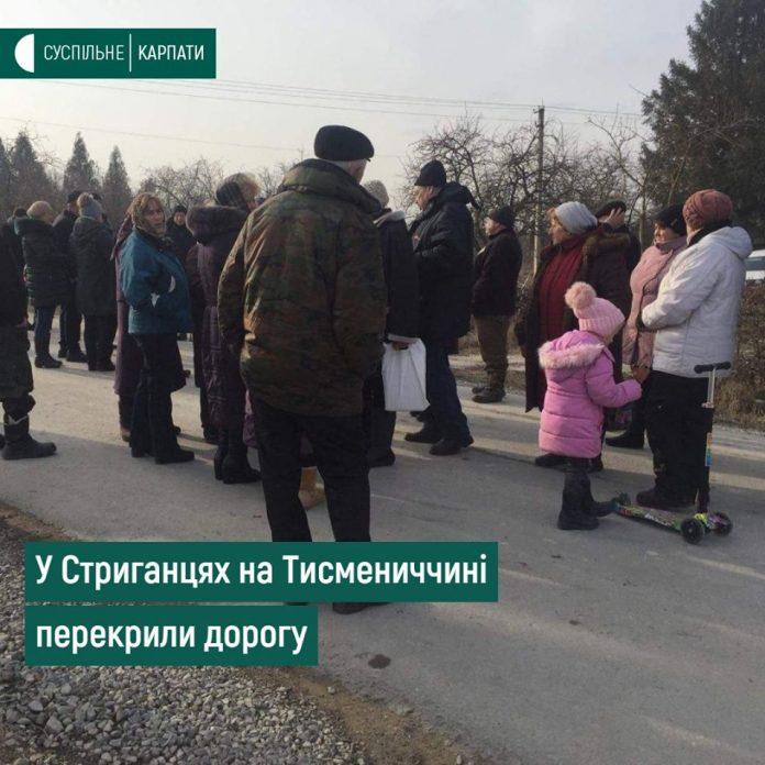 Жителі села на Тисменничині перекрили дорогу, щоб завадити будівництву вапняного комплексу: фото