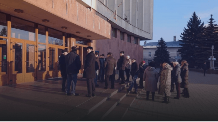 Жителі Тисменичан протестують під ОДА, вимагають приєднання до Івано-Франківської ОТГ