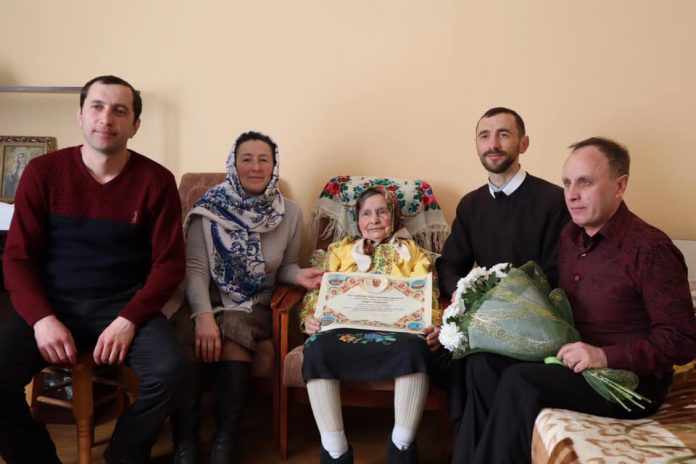 Прикарпатці виповнилося 100 років. Її благословив Папа Франциск