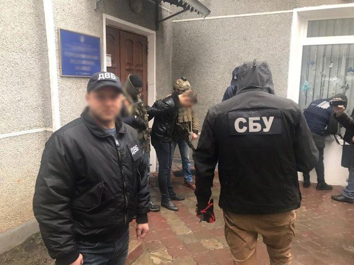 Журналісти з'ясували ім'я прикарпатського поліцейського, якого затримали напередодні під час отримання хабара