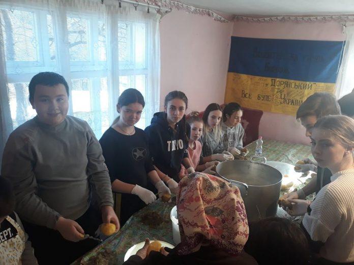 Волонтери та школярі з Дори наліпили для українських бійців 5000 вареників