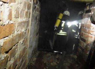 В прикарпатському містечку у підвалі виявили молодого безхатченка, який отруївся фальсифікованим алкоголем