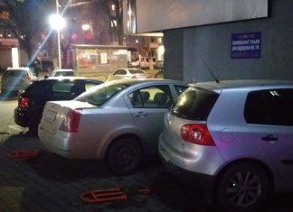 Біля популярного франківського торгового центру, жінка на кросовері, розтрощила три припаркованих автомобілі