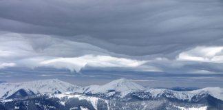 Прикарпатські рятувальники показали неймовірно красиві засніжені схили Карпат