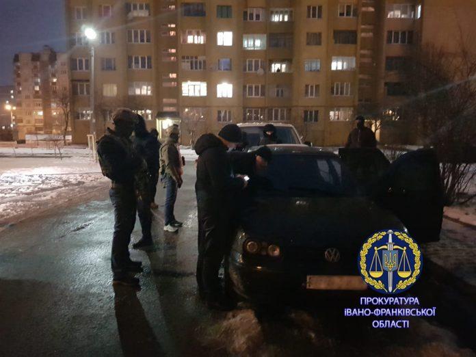 В Івано-Франківську, під час вимагання $30 тисяч, затримали рекетира-рецидивіста: фото