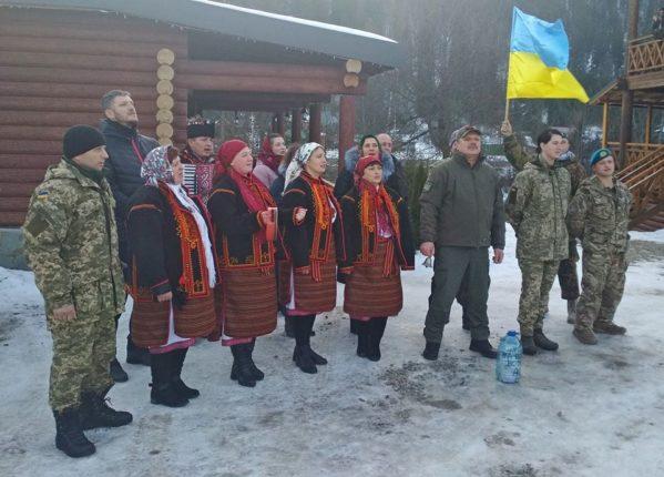 Прикарпатські ветерани АТО передали волонтерам заколядовані гроші: фото