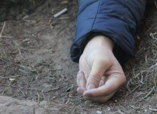 В Івано-Франківську сильний вітер зірвав з будинку металеву витяжку, яка впала на дівчину, що проходила поруч - наразі очікують прибуття медиків