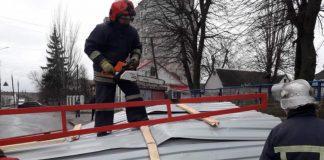 Шквальний вітер зірвав покрівлю багатоповерхівки у селі неподалік Франківська