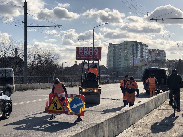 Дорожники проводять поточний ремонт на пасічнянському мості: фотофакт