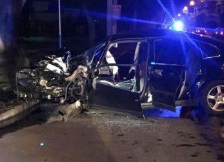 """На Прикарпатті авто на """"бляхах"""" посеред ночі влетіло у припаркований автомобіль - четверо осіб госпіталізовано"""