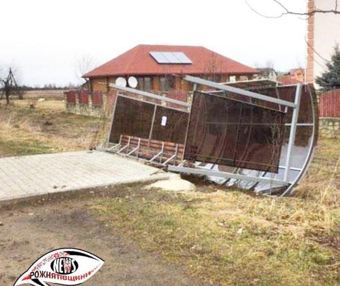 На Рожнятівщині сильний вітер зніс автобусну зупинку