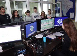 """Поліцейські показали франківським студентам, як працюють інспектори """"102"""" і диспетчери"""